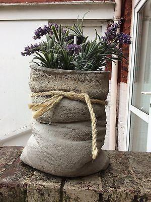 Садовая клумба из мешка и цемента