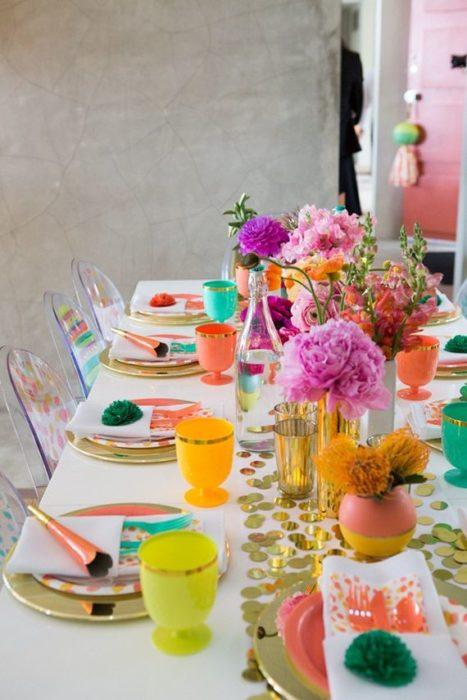 Разноцветная сервировка стола
