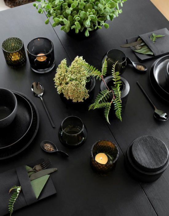 Черная сервировка стола