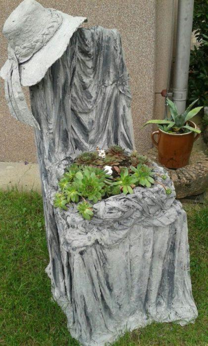 Садовый трон из цемента
