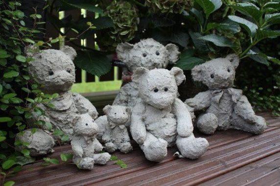 Мягкие игрушки в цемента для сада