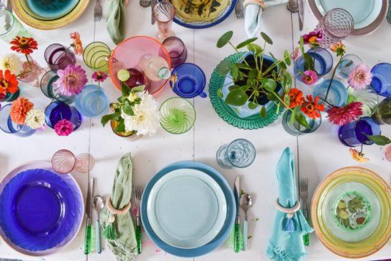 Цветная сервировка стола