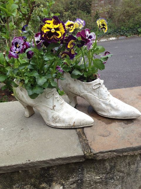 Декоративный ботинок из цемента для сада