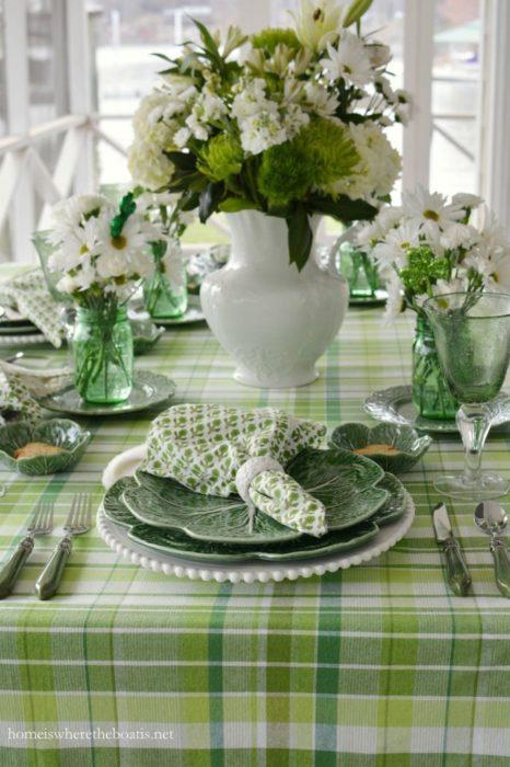 Зеленая сервировка стола