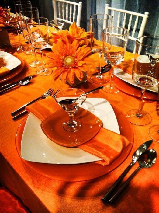 Сервировка стола с оранжевой посудой