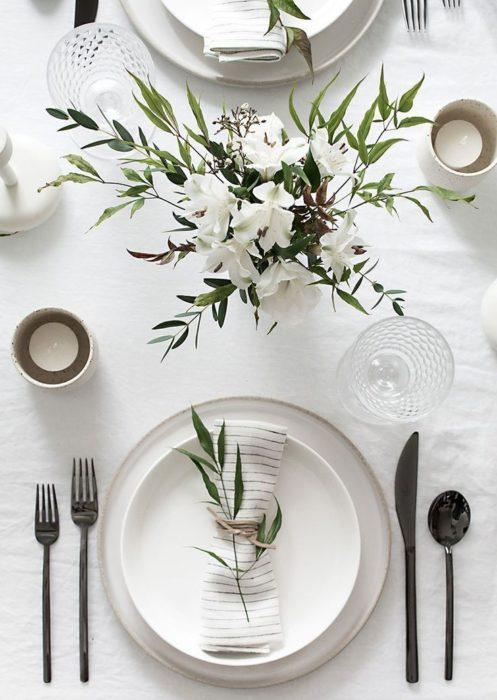 Белая сервировка стола