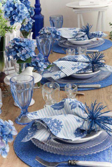 Синяя сервировка стола