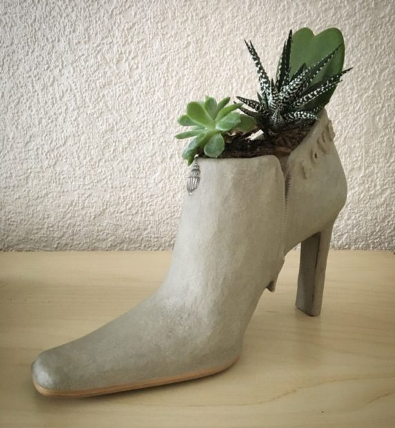 Садовая обувь из цемента