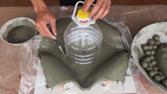Горшок для сада из цемента и ткани