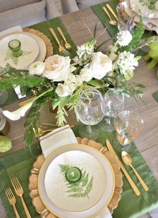 Сервировка стола с зелеными тарелками