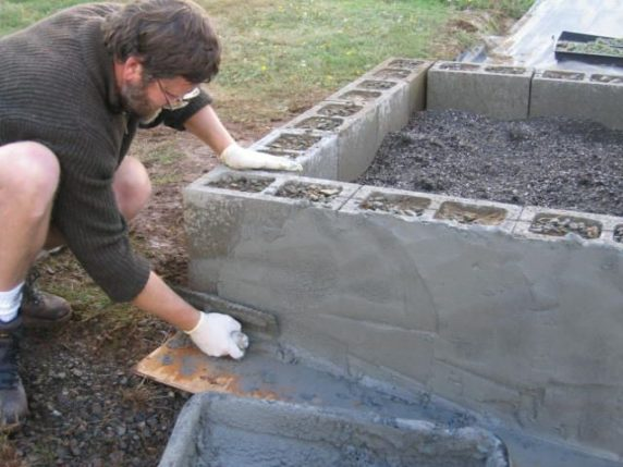 Грядка из бетона для дачи