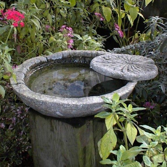 Круглый пруд из цемента для дачи