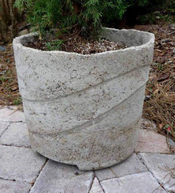 Круглый вазон из бетона для сада