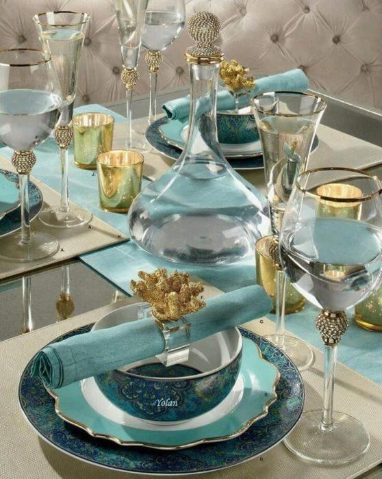 Сервировка стола в синих тонах