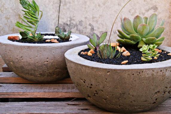 Круглый вазон из цемента для сада