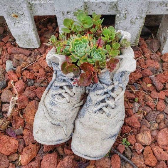 Садовая обувь из бетона