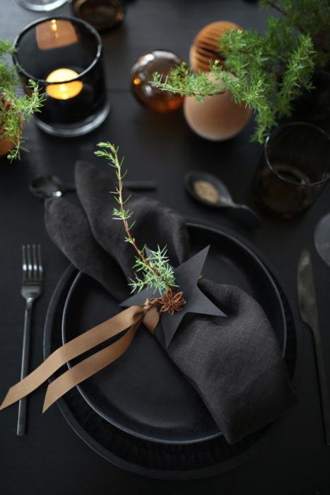 Сервировка стола с черной посудой