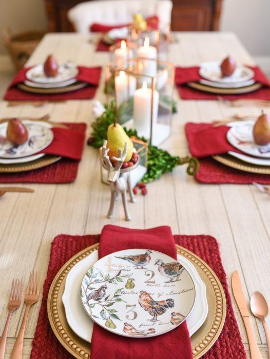 Сервировка стола с красным