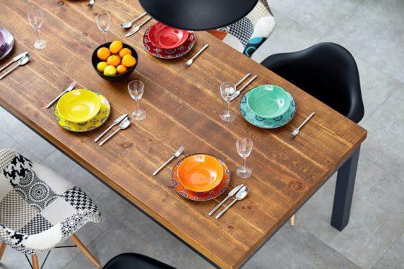 Многоцветная сервировка стола