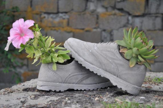 Поделки для сада из обуви и цемента
