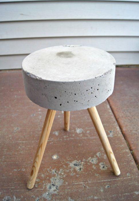 Круглый стол из цемента для садового участка