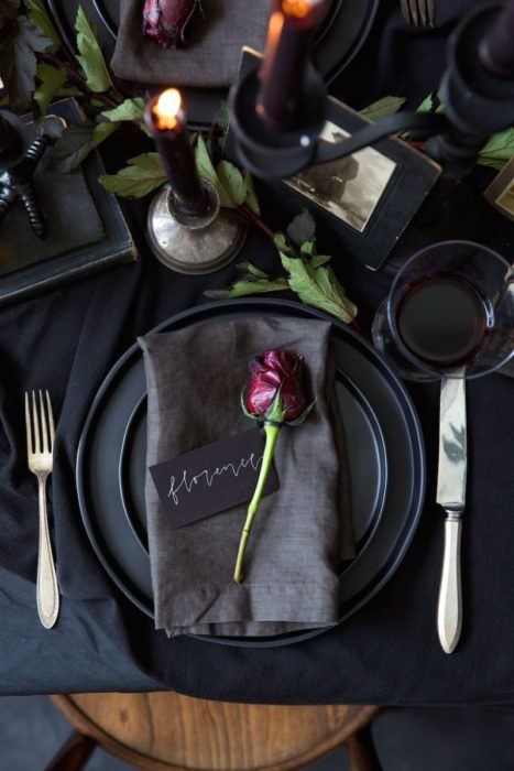 Сервировка стола с черными тарелками