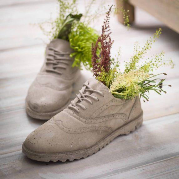 Кроссовок из бетона для сада