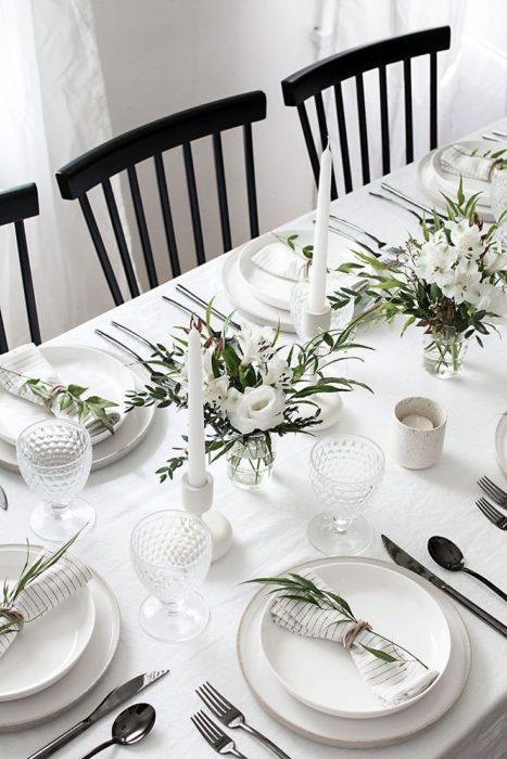 Сервировка стола с белой скатертью