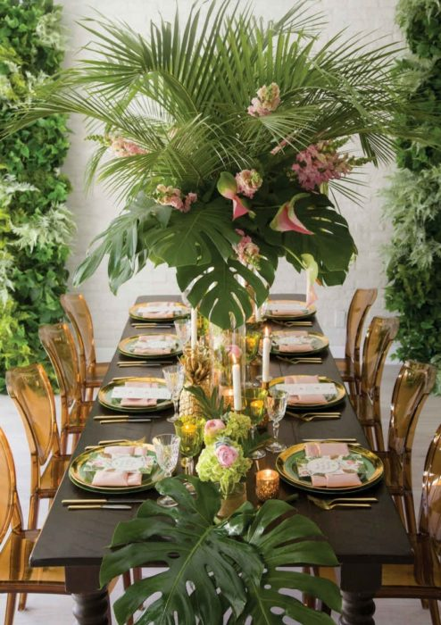 Сервировка стола с ананасами