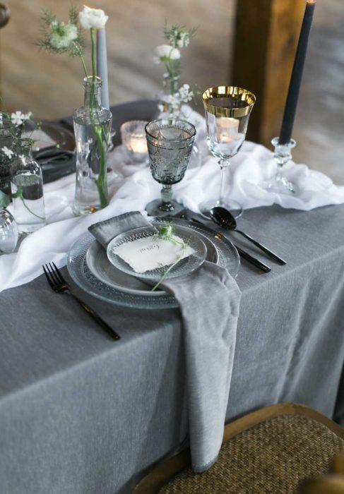 Сервировка стола с серыми тарелками