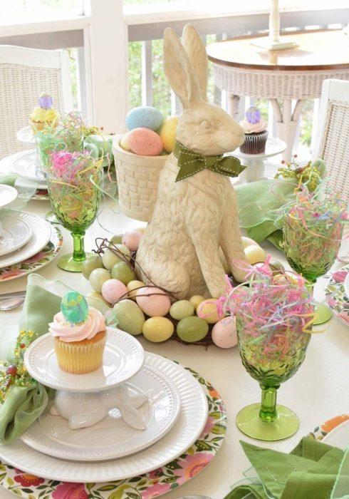 Сервировка стола с пасхальным кроликом