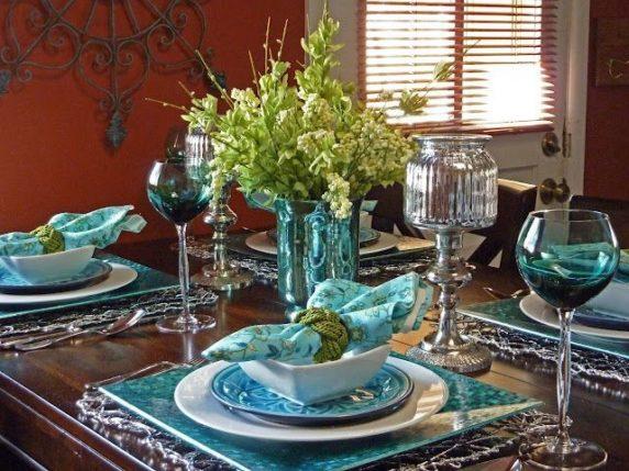 Сервировка стола с синей посудой