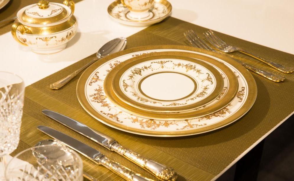 Сервировка стола с золотом