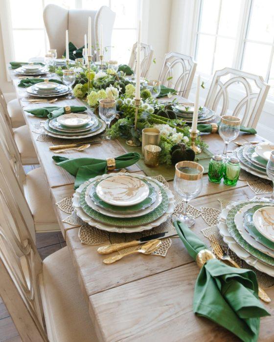 Сервировка стола с зеленым