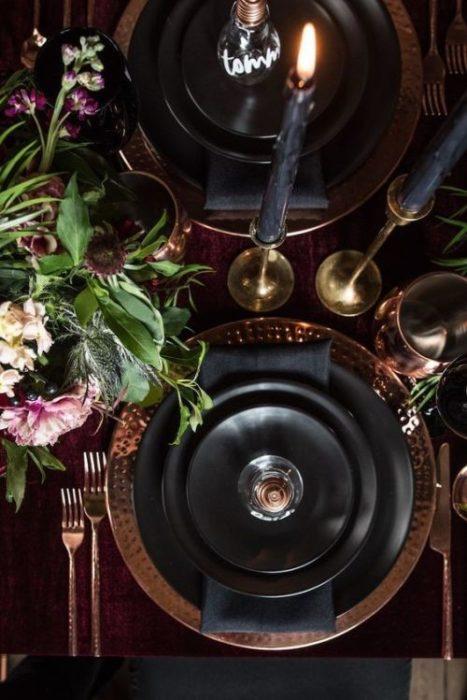 Сервировка стола в темных тонах