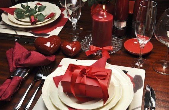 Сервировка стола с красной посудой