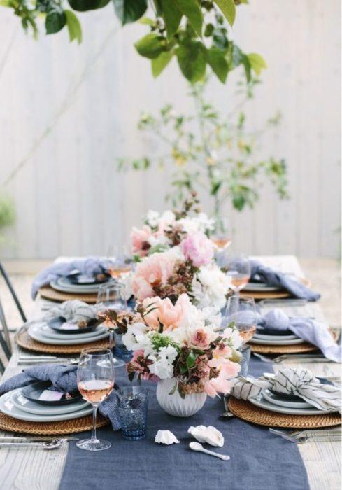 Сервировка стола с синими тарелками