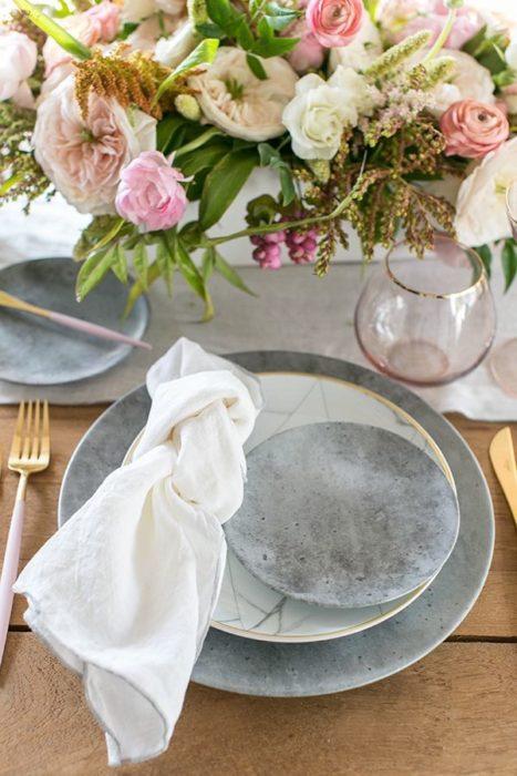 Сервировка стола с серой посудой