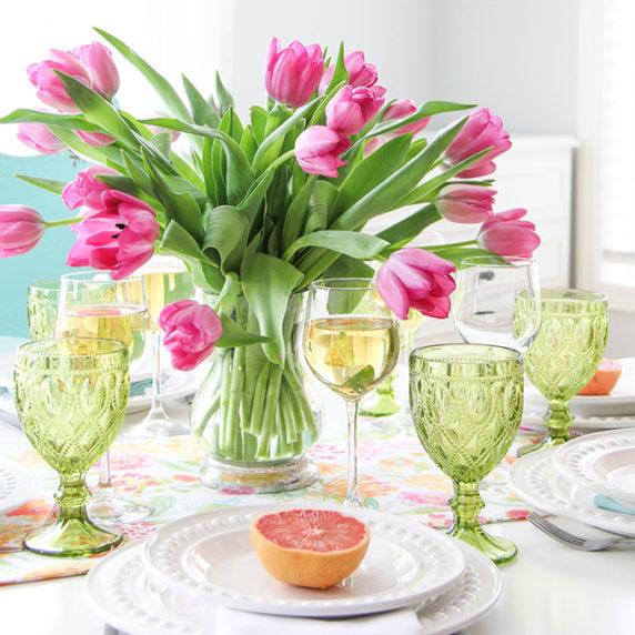 Сервировка стола с тюльпанами