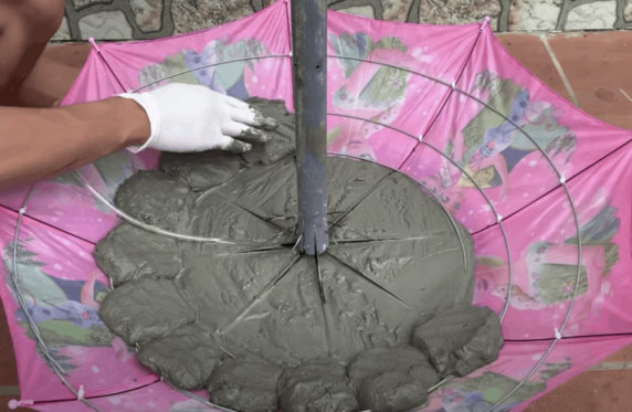 Как сделать фонтан из цемента и зонта