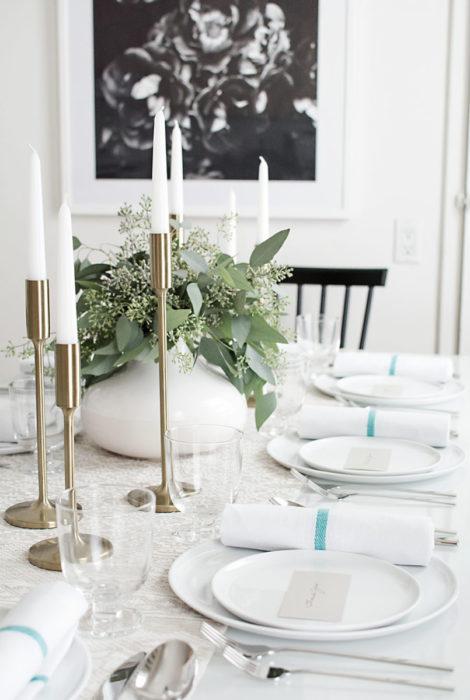 Светлая сервировка стола для ужина