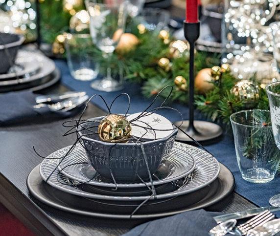 Сервировка стола с еловыми ветками