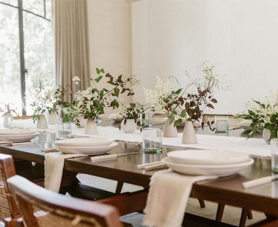 Светлая сервировка стола для ужина для приема гостей