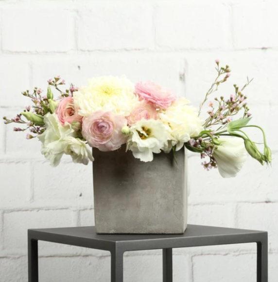 Стильная цементная ваза для сада