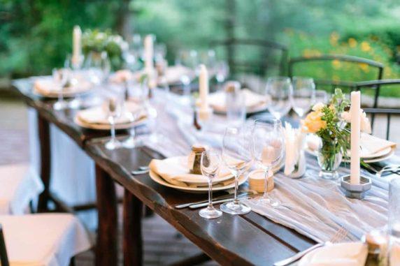 Лаконичная сервировка стола для праздника