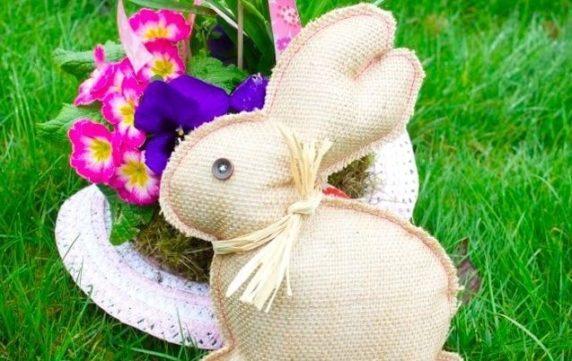Заяц на Пасху из картофельного мешка своими руками