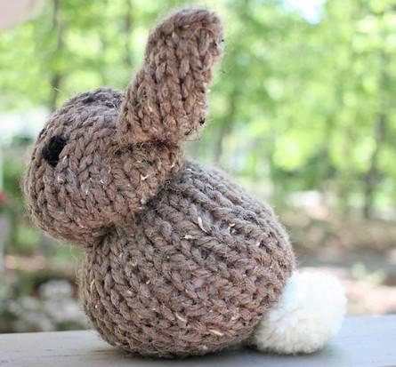 Заяц на пасху спицами