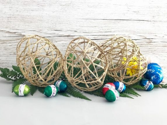 Яйцо на Пасху из пряжи и клея
