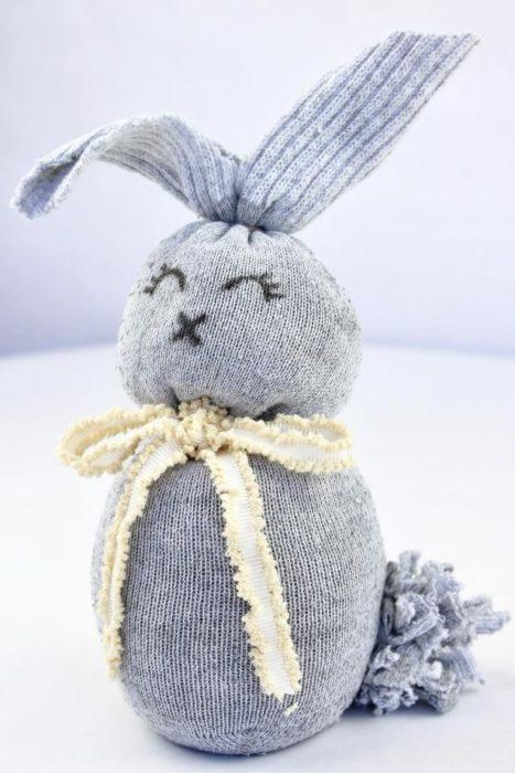 Пасхальный заяц из носка своими руками