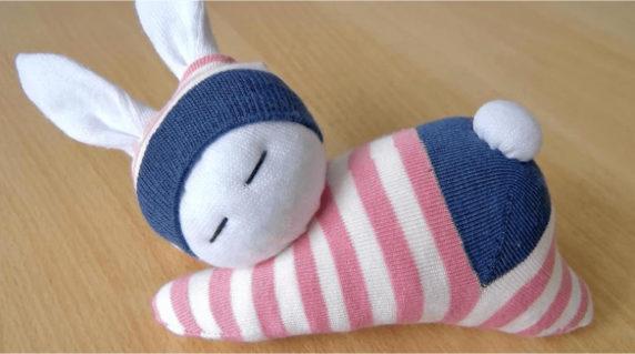 Игрушка для новорожденного из носка